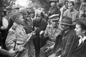 Mały czerwonoarmista spotyka się z ludnością, tuż po odznaczeniu orderem, 1944 r.