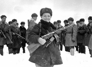 15-letni Wowa Jegorow z żołnierzami ze swojego oddziału. Kwiecień 1942 r.