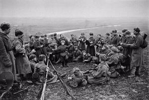 Odpoczynek żołnierzy, w środku widoczny syn pułku