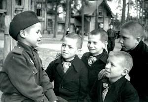 6-letni czerwonoamista rozmawia ze spotkanymi rówieśnikami z sierocińca. Moskwa, maj 1945 r.