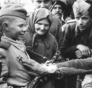 Dziecko-żołnierz w Armii Czerwonej w trakcie odznaczania orderem, 1944 r.