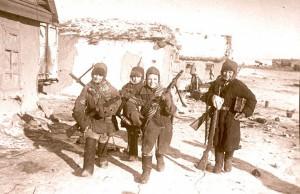 Na zdjęciu uczniowie: S. Ziemlanski, S. Weliczenko, S. Iwaszczenko i W. Iwaszczenko, którzy zabrali porzuconą przez Niemców broń i amunicję. Stalingrad, 1943 r.