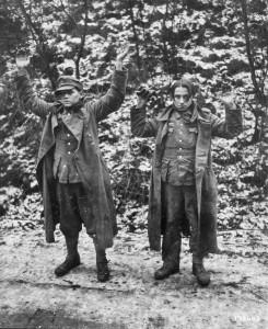 Dwóch młodych Niemców wziętych do amerykańskiej niewoli w Belgii, 1944 r.