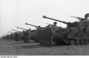 """Północna Francja, niemiecki feldmarszałek Karl Rudolf Gerd von Rundstedt dokonuje przeglądu 12. Dywizji Pancernej SS """"Hitlerjugend"""", widoczni mali czołgiści"""