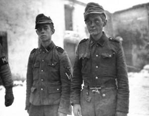 """Dzieci z 12. Dywizji Pancernej SS """"Hitlerjugend"""" pojmane podczas alianckiej ofensywy w Ardenach na przełomie 1944 i 1945 roku"""