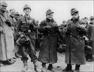 Mali chłopcy z Hitlerjugend wzięci do niewoli pod Berstadt przez amerykańską 3. Amię. Chłopcy zostali nakarmieni, a następnie wypuszczeni w cywilnych mundurach i odeskrtowani przez Czerwony Krzyż jako wysiedleńcy, kwiecień 1945 r.