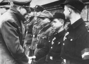 Hitler odznacza nastoletnich obrońców Berlina, kwiecień 1945 r.