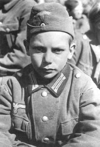13-letni żołnierz niemiecki wzięty do niewoli przez Amerykanów pod Nartinzell, 1945 r.