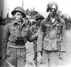 Kanadyjski żołnierz bierze do niewoli nastoletniego żołnierza 12. Dywizji Pancernej SS Hitlerjugend, 9 sierpnia 1944 r