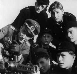 Niemiecki oficer szkoli członków brygady Hitlerjugend z obsługi karabinu maszynowego MG42