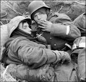 Młodzi rekruci z Hitlerjugend w okopach na froncie wschodnim, 1942 r.