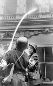 """Żołnierze powołani do obrony Berlina z brygad """"Hitlerjugend"""" podczas gaszenia pożaru, 1945 r."""