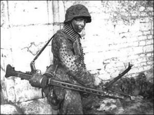 """Żołnierz 12. Dywizji Pancernej SS """"Hitlerjugend"""" podczas odwrotu"""